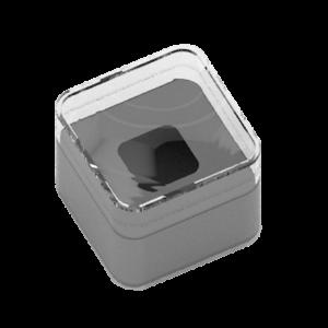 envase de plástico rígido transparente de forma cuadrada, que lleva en su interior un soporte de cartulina expresamente estudiado para alojar el producto. incluido