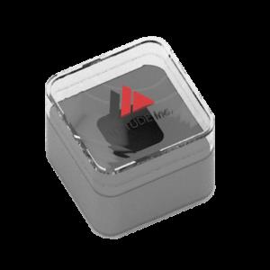 envase de plástico rígido transparente de forma cuadrada, que lleva en su interior un soporte de cartulina expresamente estudiado para alojar el producto personalizado
